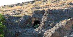 Surp Minas mağarası. Haç gününde Feneseliler ve Everekliler Haç dağına tırmanış yarışına burada başlardı.